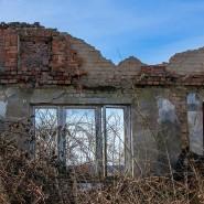 Kremmin, Mecklenburg-Vorpommern: Nur noch einzelne Mauern sind von einem verlassenen und völlig verfallenen Wohnhaus an der Bundesstraße 5 übrig.