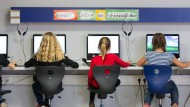Schüler arbeiten in einem Klassenraum einer Grundschule in Niedersachsen an Computern.