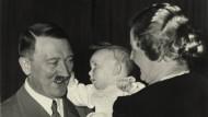 """Taufpate Hitler: Edda Göring mit dem """"Führer"""" und ihrer Mutter Emmy 1938."""