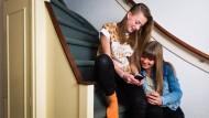 Der Jugendmedienschutz-Staatsvertrag ist bereits zwölf Jahre alt – damals waren Schüler noch nicht rund um die Uhr online