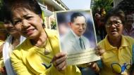 Königstreue Thailänder versammeln sich vor dem Siriraj-Krankenhaus, in dem der Monarch behandelt wird.