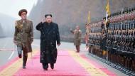 """Kim ist als """"Oberster Führer"""" offiziell Oberkommandierender der Armee. Unklar aber ist, welcher der Militärs auf seiner Seite steht."""