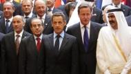 Teilnehmer der Libyen-Kontaktgruppe am Donnerstag in Paris: In der ersten Reihe die Vertreter der libyschen Rebellen Dschalil und Dschibril, daneben Frankreichs Präsident Sarkozy, der britische Premierminister Cameron und der Emir von Qatar, Thani