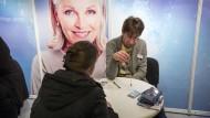 Pendeln für die richtigen Entscheidungen: der Stand von Questico auf der Esoterikmesse in Berlin-Wilmersdorf