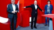 Miteinander? SPD-Kanzlerkandidat Olaf Scholz (Mitte) mit den beiden Parteivorsitzenden Norbert Walter-Borjans und Saskia Esken am 8. Februar in Berlin