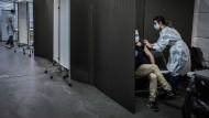Ein Mann bekommt in einem Impfzentrum in Lyon am 14. Januar eine Covid-19-Impfung