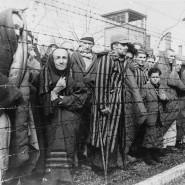 Ein Ort des Grauen und des Todes: Häftlinge nach der Befreiung im deutschen Konzentrationslager Auschwitz-Birkenau  im Januar 1945.