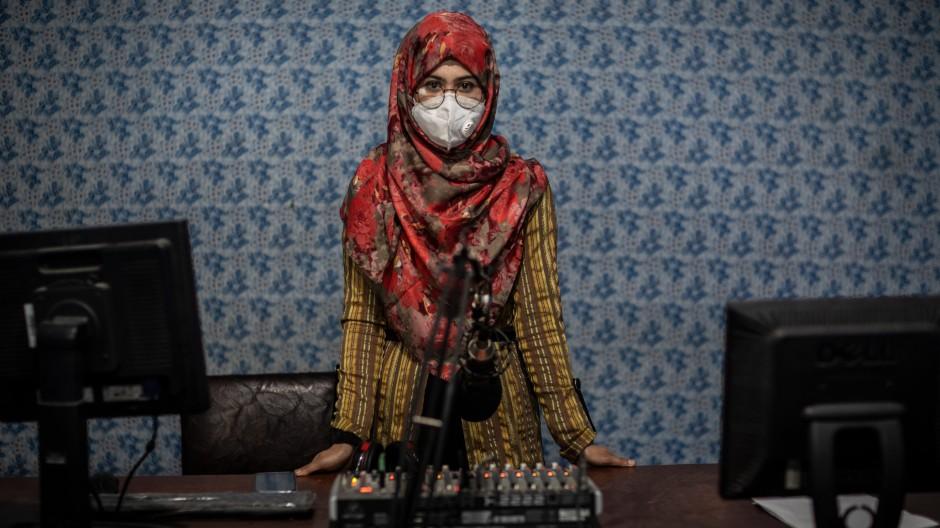 Für Journalistinnen in Afghanistan - im Bild eine Radiomoderatorin aus Kundus - spitzt sich die Lage immer mehr zu.