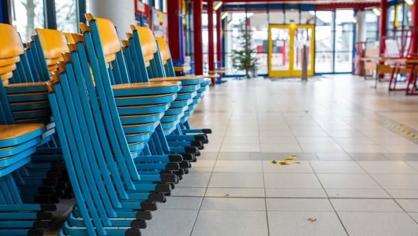 """Kretschmer will Schulen und Kitas für """"gewisse Zeit"""" geschlossen halten"""