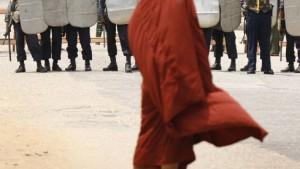 Die Junta marschiert gegen Mönche auf