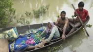 Muslimische Rohingya haben Leichen aus dem Grenzfluss Naf geborgen. Auf der Flucht sollen Rohingya von Soldaten erschossen worden sein.