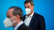 Markus Söder (CSU, r.) will, dass alle seine Minister sich impfen lassen – aber Hubert Aiwanger plant das bislang noch nicht.