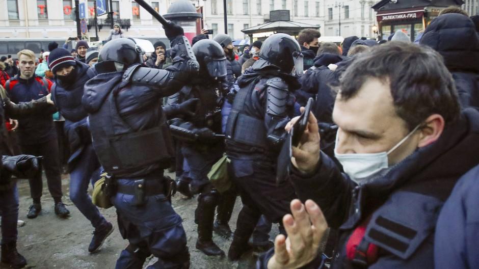 Zusammenstoß zwischen Polizisten und Demonstranten am Samstag in Sankt Petersburg