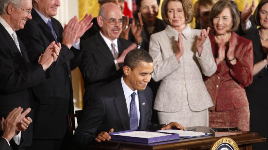 Solz und Applaus nach der Unterschrift unter das Gesetz für  neue Kinder-Krankenversicherungen: Barack Obama am Mittwoch im Weißen Haus