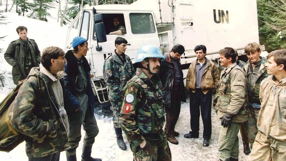 März 1994: Niederländische UN-Soldaten im Gespräch mit bosnisch-muslimischen Kämpfern