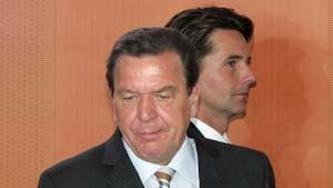 Schröder bringt Kabinett und Köhler in Nöte