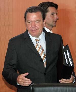 Mann im Hintergrund: Unter Gerhard Schröder war Béla Anda Sprecher der Bundesregierung.