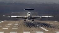 Ein Awacs-Flugzeug startet in Geilenkirchen mit dem Ziel Polen.