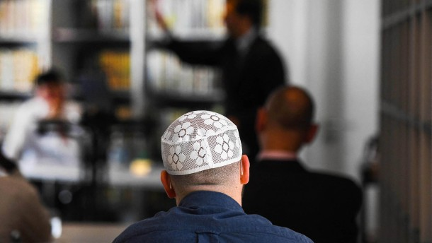 Deutsche Muslime sehen Demokratie positiver als Gesamtbevölkerung