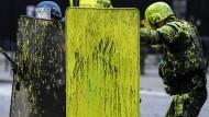 """Französische Bereitschaftspolizisten nach einer Farbbeutelattacke der """"Gelbwesten"""" am 1. Dezember in Paris"""
