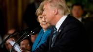 Irritiert: Angela Merkel 2017 mit Donald Trump bei einer Pressekonferenz im Weißen Haus.