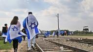 """Juden aus der ganzen Welt nehmen mit Israel-Fahnen am """"Marsch der Lebenden"""" im ehemaligen deutschen Konzentrationslager Auschwitz-Birkenau während der jährlichen Holocaust-Gedenkveranstaltung teil."""