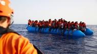 Ein Beiboot der Alan Kurdi trifft am Freitagmorgen im libyschen Meer auf ein Schlauchboot mit 65 Flüchtlingen an Bord.