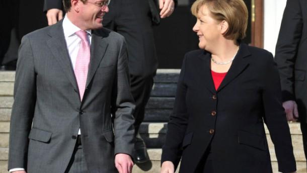 Merkel lässt Guttenberg Tür zur Rückkehr offen