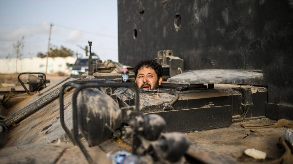 Ein Kämpfer der von den Vereinten Nationen unterstützten Interimsregierung blickt in Tripolis aus einem Panzer heraus.