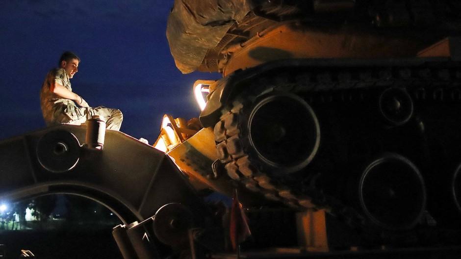 Das türkische Militär verlegt Panzer an die syrische Grenze.