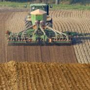 Ein Landwirt pflügt ein Feld bei Müncheberg in Brandenburg. (Archivfoto)