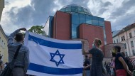 Vor der Synagoge in Graz findet am 23. August 2020 nach einem Angriff auf den Präsidenten der jüdischen Gemeinde eine Solidaritätskundgebung statt