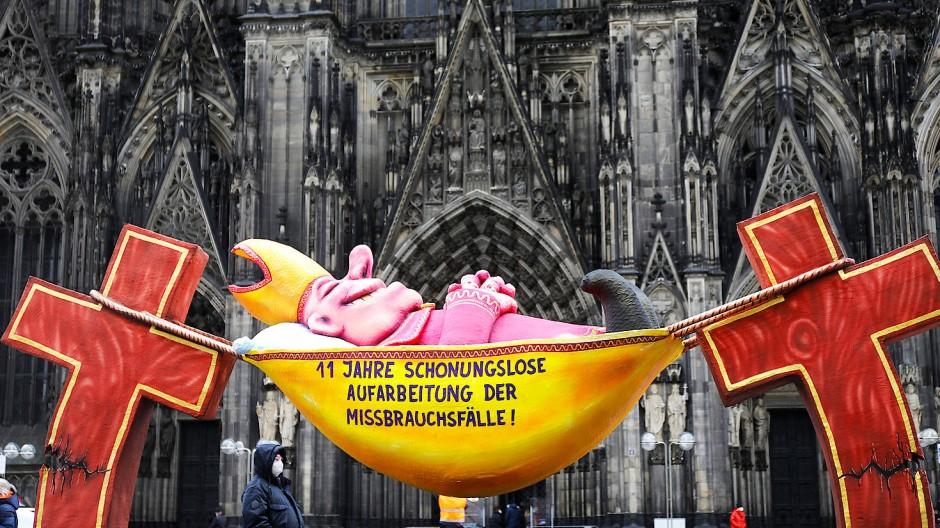 Aus Anlass der Herbst-Vollversammlung der Deutschen Bischofskonferenz ist die Plastik des Künstlers Jacques Tilly bis Donnerstag in Fulda zu sehen. Im März (unser Bild) stand sie vor dem Kölner Dom.