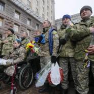 Soldaten des 12. ukrainischen Freiwilligen-Bataillons singen nach ihrer Rückkehr von der Front am Tag der Armee am 6. Dezember in Kiew die Nationalhymne.