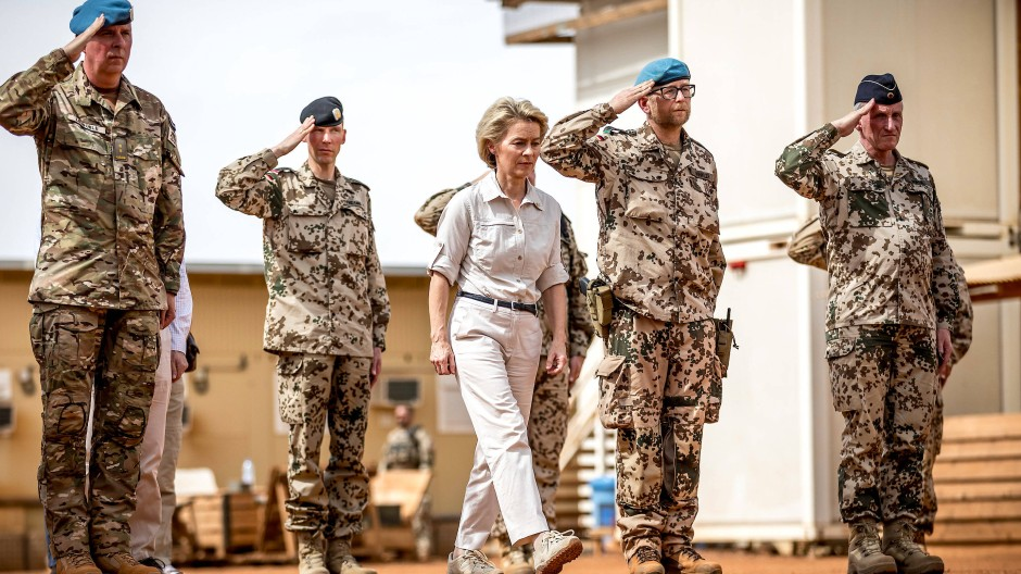 Hart im Nehmen: Verteidigungsministerin Ursula von der Leyen beim Besuch des Bundeswehr-Stützpunkts in Gao im Norden Malis.