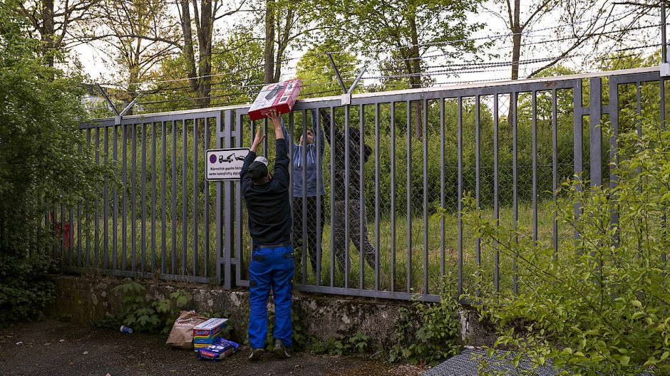 Migranten in Ellwangen  lassen sich während ihrer Quarantäne in der Landesaufnahmeanstalt Lebensmittel und andere Dinge des täglichen Bedarfs bringen.