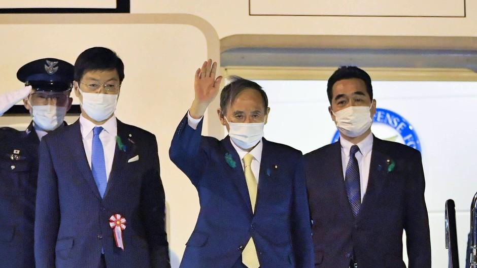 Japans Ministerpräsident Yoshihide Suga vor seinem Abflug nach Washington am 15. April