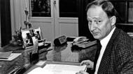 Noch verwurzelt in der CDU: Der damalige hessische Staatskanzleichef Alexander Gauland in seinem Arbeitszimmer 1990.