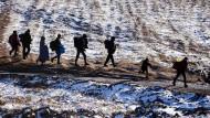Sie kamen vor einem Jahr: Flüchtlinge auf der Balkanroute, aufgenommen an der mazedonischen Grenze am 19. Januar 2016