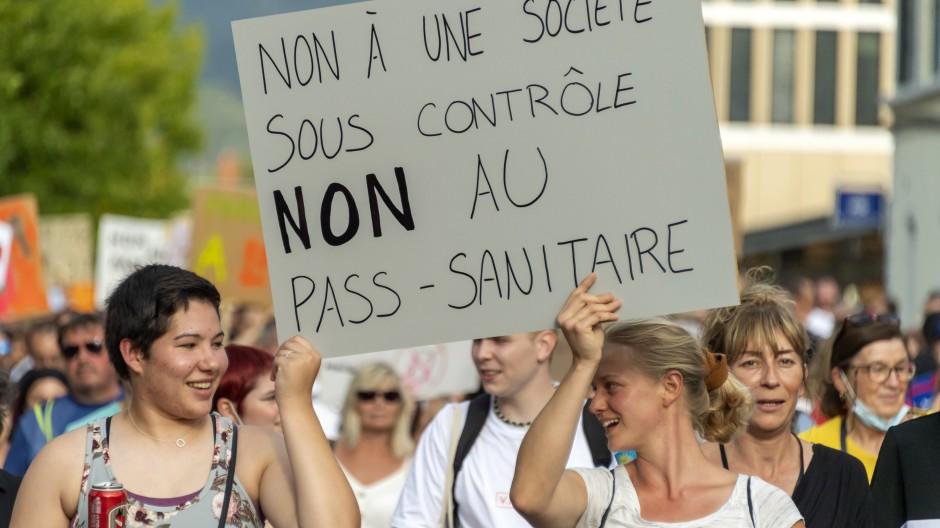 Schweiz, Delemont: Demonstranten versammeln sich zu einem Protest gegen die Corona-Maßnahmen der Regierung.
