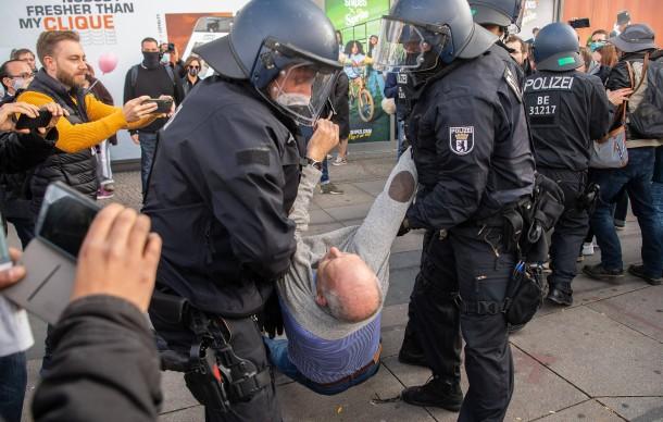 https://media0.faz.net/ppmedia/aktuell/politik/1927289747/1.7019592/width610x580/polizisten-gingen-gegen-den.jpg