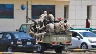 Sicherheitskräfte patrouillieren in den Tagen nach dem Massaker durch die sudanesische Hauptstadt Khartum.