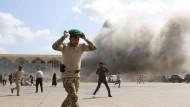 Jemenitisches Sicherheitspersonal kurz nach der Explosion am Mittwoch am Flughafen von Aden
