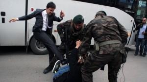 Erdogan-Berater entschuldigt sich für Tritte