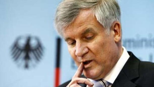 Seehofer stellt sich gegen Merkel