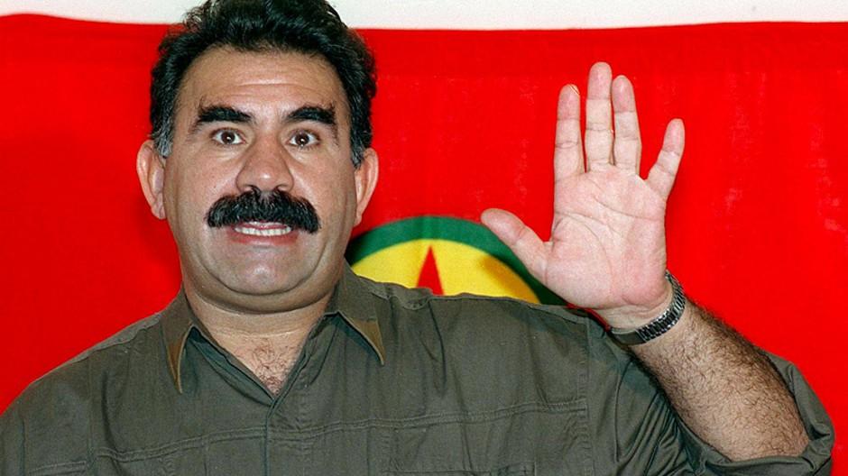 """Abdullah Öcalan, genannt """"Apo"""", führte die PKK formell von deren Gründung 1978 bis 2002. Er schützte sich in Syrien vor dem Zugriff türkischer Behörden. Das Bild zeigt ihn 1993 bei einer Pressekonferenz im syrisch-libanesischen Grenzgebiet."""