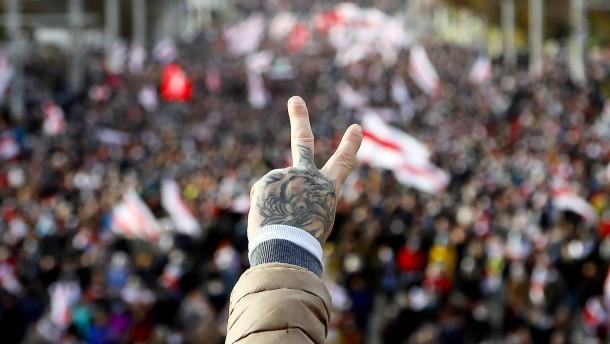 Zehntausende protestieren gegen Machthaber Lukaschenka