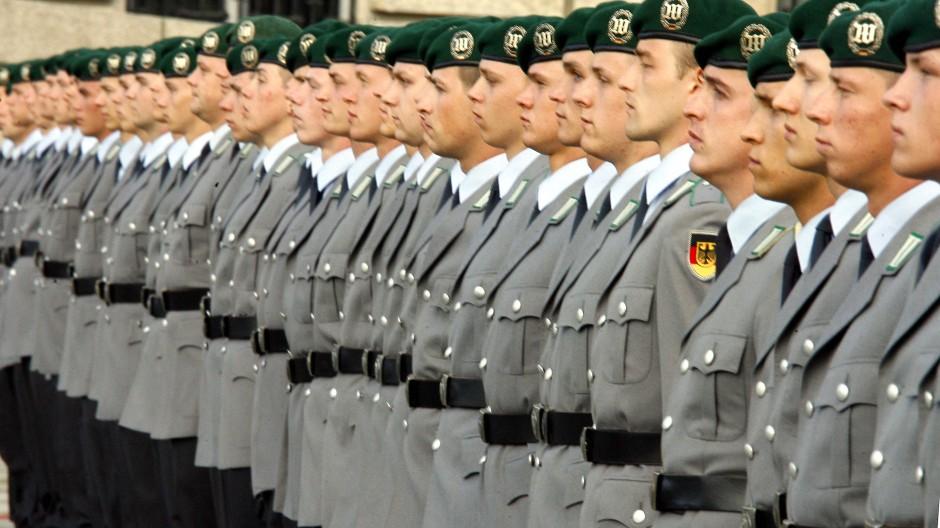 Wer will, wer hat noch nicht? Rekruten der Bundeswehr nehmen am 20. Juli 2009 vor dem Reichstagsgebäude in Berlin an einem öffentlichen Gelöbnis teil.