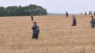 Einsatzkräfte durchkämmen Gebiet um Absturzstelle
