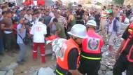 Palästinenser bergen ihre Toten